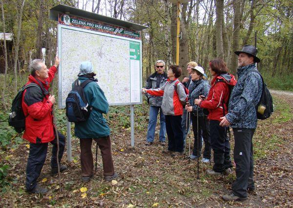 turisté obdivují nově instalovaný mapový stojan