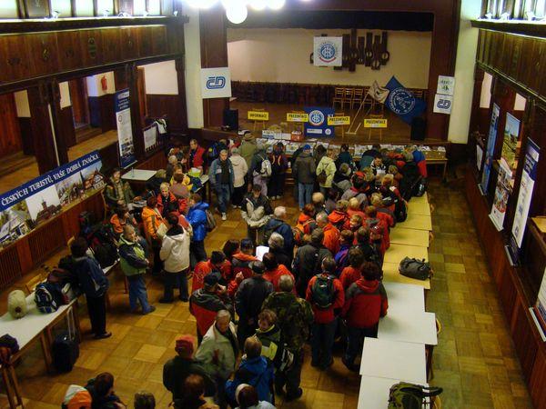 registrace účastníků pochodů Za posledním puchýřem ve Vizovicích