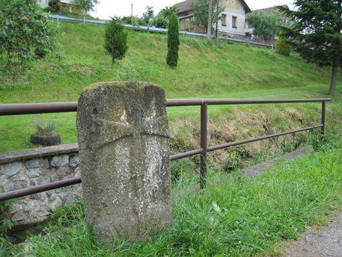 smírčí kámen v Dobroutově u Zhořského potoka