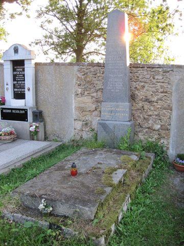 hrob rodiny Reynkových na hřbitově ve Svatém Křízi