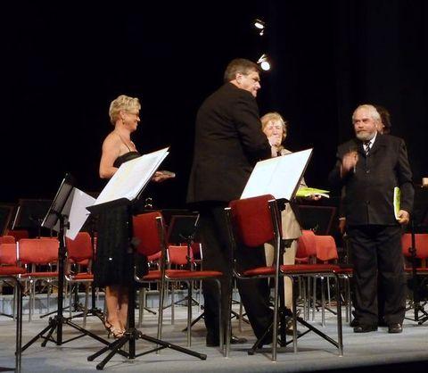 křest almanachu před začátkem koncertu účastníků dirigentských kurzů GM