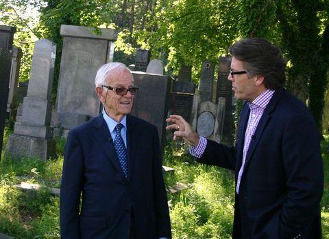 profesor de La Grange a Thomas Hampson na zidovském hřbitově v Jihlavě