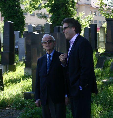 největsí mahlerovský zivotopisec a nejuznávanější Mahlerovský pěvec při natáčení filmu o GM na zidovském hřbitově v Jihlavě