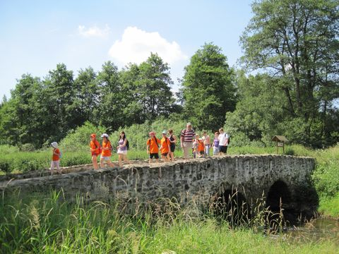 pochodníci na středověkém mostě