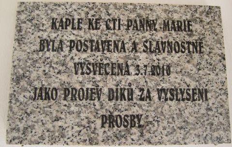 pamětní deska uvnitř kaple