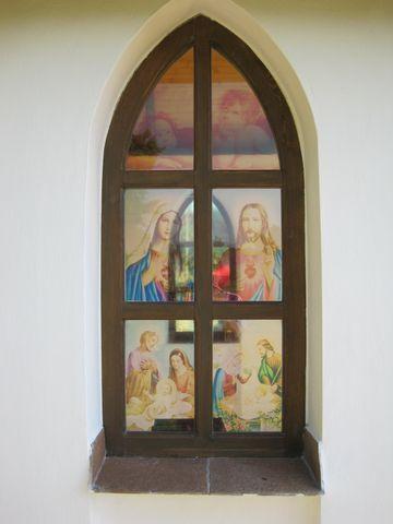 průhled malovanými okny