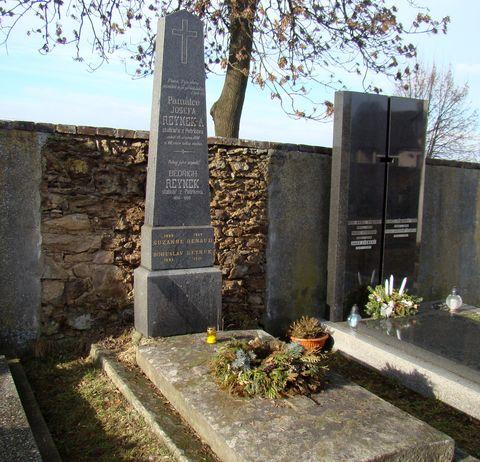 hrob rodiny Reynků ve Svatém Kříži