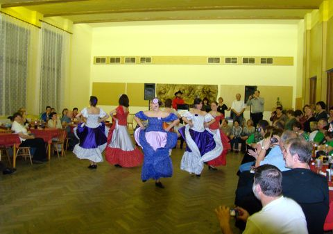 tančí děvčata z klubu Bonanza