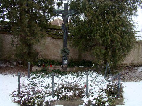 oloupený Demlův hrob