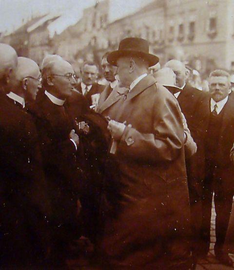 TGM v rozhovoru s Demlem, vedle něhož stojí Otokar Březina