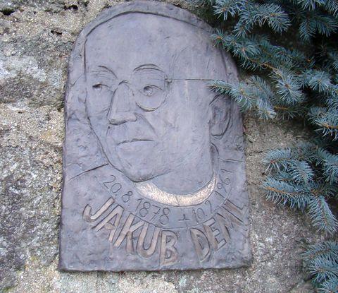 pamětní deska u vchodu do Demlovy zahrady
