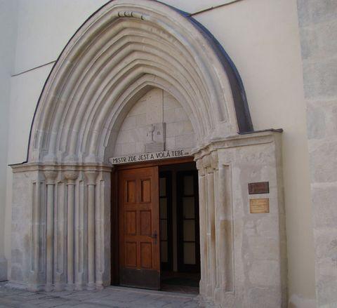 portál kostela Povýšení sv. Kříže
