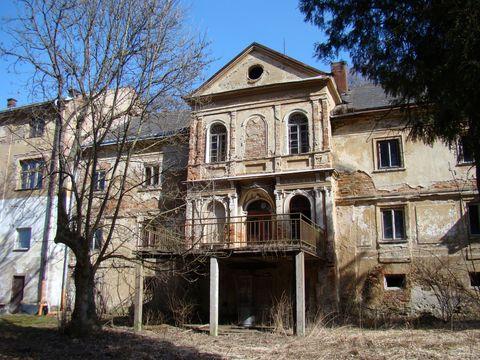 budova bývalých lázní v Petrkově