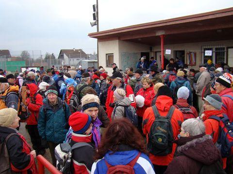 turisté se sešli k zahájení akce v Měříně