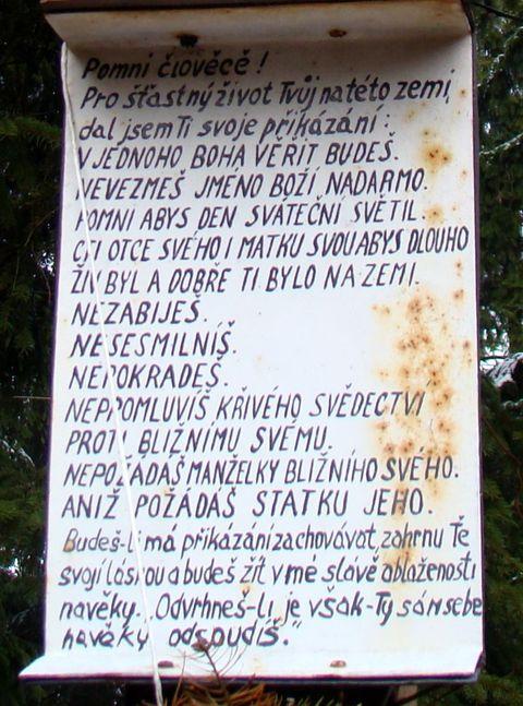 Desatero na vrcholovém kříži na Dědkovské hoře