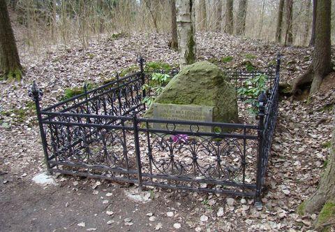 v lomu jsou dva hroby