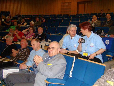 pohled do auly, delegáti Vysočiny stylově v tričkách odboru Čeřínek