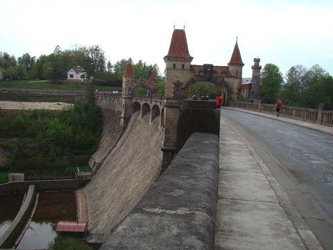 hráz přehrady Les Království