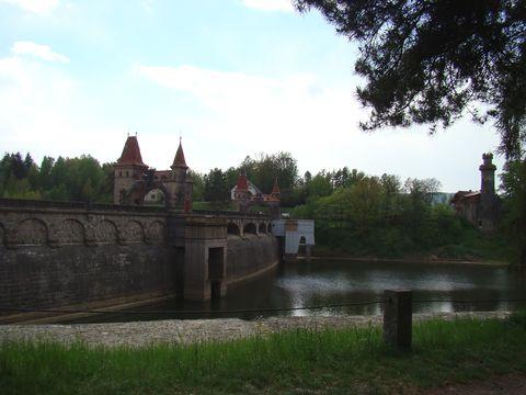 celkový pohled na stavby u přehrady