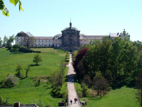 pohled na Špitál v Kuksu z terasy před hostincem