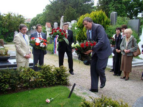 starosta Kaliští, kde se GM 7.7.1860 narodil, pokládá kytici na Mahlerův hrob
