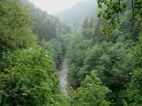 řeka je ve stometrové hloubce