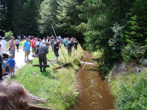 pracovníci NP vyložili turistům vše o plavení dřeva