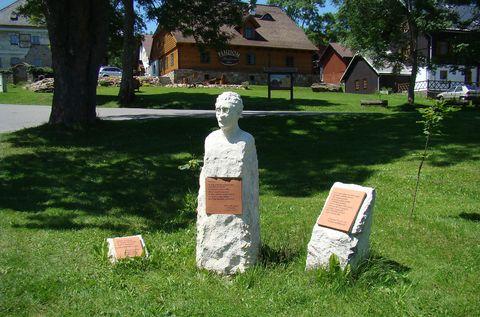 na návsi v Prášilech - památník Josefu Váchalovi