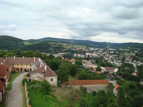 pohled ze zámecké věže na nádvoří a město