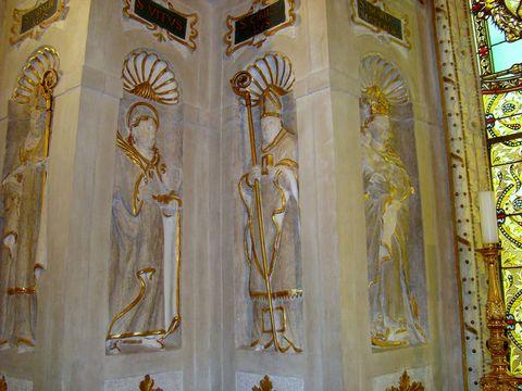sochy světců v kapli, zleva sv. Vojtěch, Vít, Cyril, P. Maria