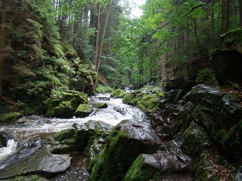 ve skalnatém řečišti jsou vodopády