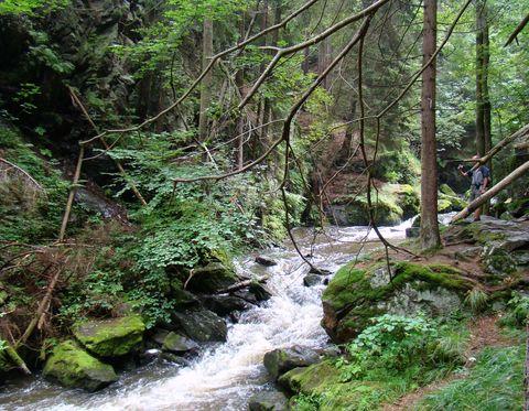 v sevřeném údolí je proud řeky silný