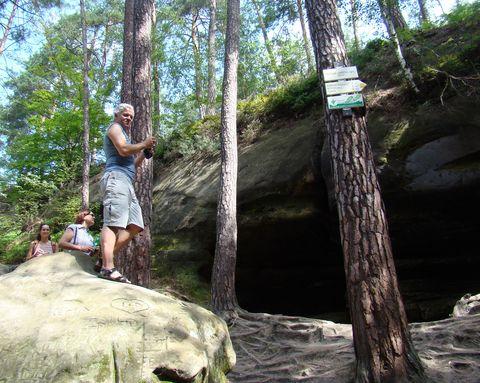 vedoucí zájezdu u jeskyně Postojna