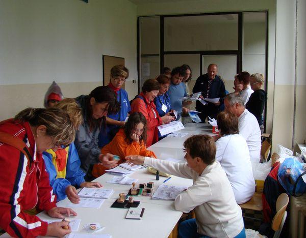 účastníci akce přebírají diplomy a medaile
