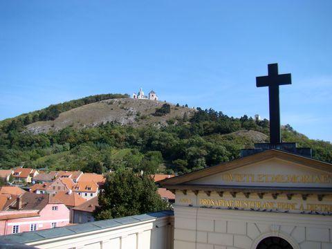 Svatý kopeček z terasy Ditrichštejnské hrobky