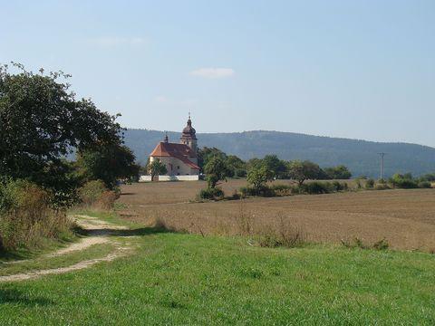 čáslavický kostel, v pozadí Maková