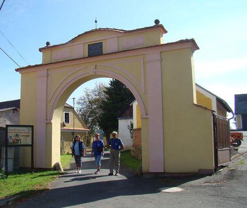 vchod do újezdského Kozinova statku