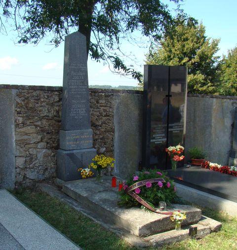turisté z Havlíčkova Brodu dali na hrob kytici k uctění památky Boh. Reynka