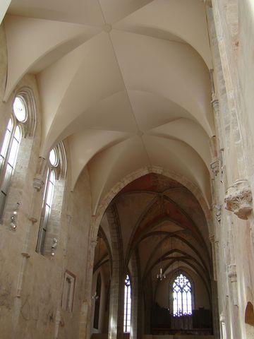 pohled z presbytáře do hlavní lodi