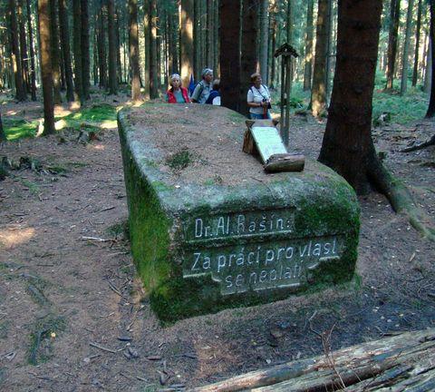 kolem Rašínova kamene kdysi býval travnatý palouk
