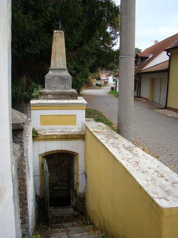 studánka u kostela ve Vinoři