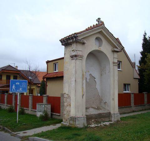 kaple na začátku Dřevčic