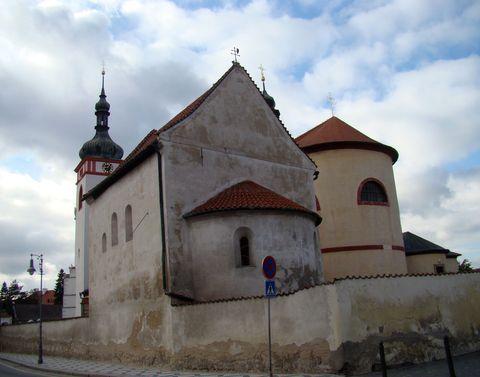 kostel sv. Václava, pohled od městské brány