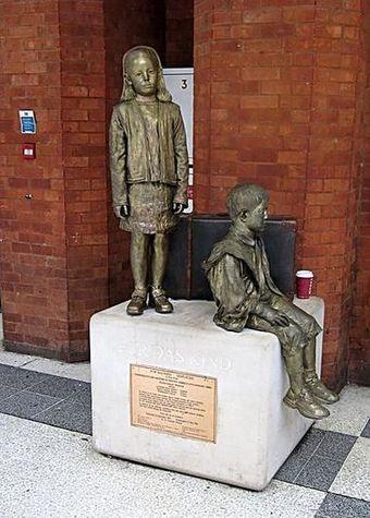 sousoší Flor kentové na nádraží v Londýně