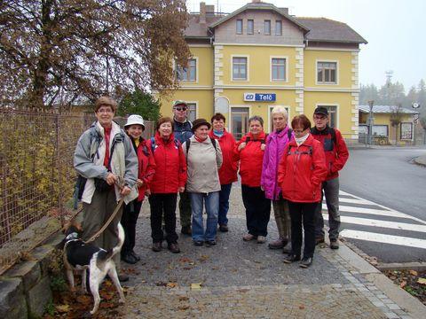 část jihlavských turistů, kteří přijeli do Telče na pochod