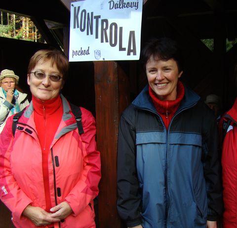 Míla Bradová s místopředsedkyní telčských turistů Maruškou Ellingerovou na kontrole U Obrázku