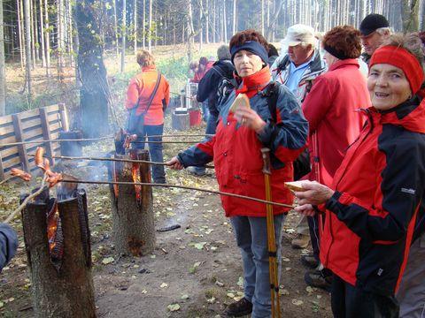 bedřichovské turistky na hrázi rybníka Bor