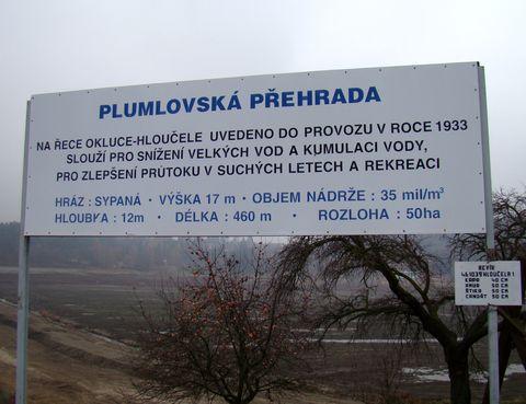 za informační cedulí vidíme jen dno přehrady