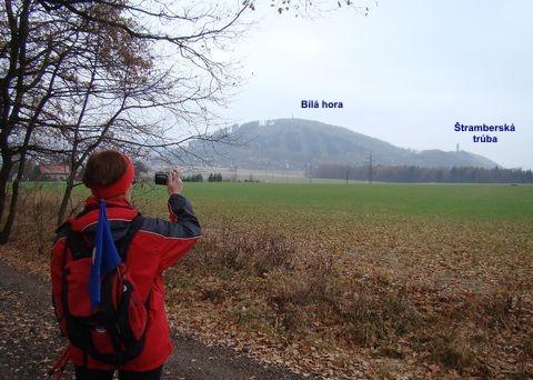 okolní věnec kopců je působivý i v mlhavém oparu