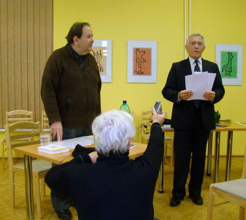 předseda Společnosti O. Březiny J. Höfer zahajuje autorský pořad básníka Jiřího Kuběny